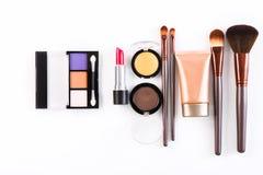 Makeupskönhetsmedelhjälpmedel och väsentlighet, lägenhet lägger på vit bakgrund Royaltyfria Foton