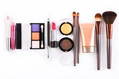 Makeupskönhetsmedelhjälpmedel och väsentlighet, lägenhet lägger på vit bakgrund Fotografering för Bildbyråer