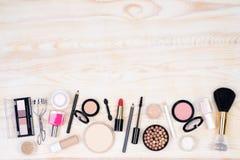 Makeupskönhetsmedel på vit, träbakgrund Royaltyfri Foto