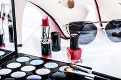 Makeuptillbehör, häl på en träträbakgrund arkivfoto