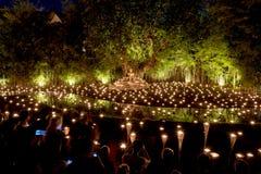 Makha Bucha dag Traditionella buddistiska munkar tänder stearinljus för religiösa ceremonier på den Wat Phan Tao templet arkivbild