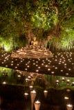 Makha Bucha dag Traditionella buddistiska munkar tänder stearinljus för religiösa ceremonier på den Wat Phan Tao templet arkivfoton