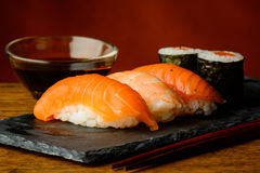 Maki και σουσιών και σόγιας nigiri σάλτσα Στοκ Εικόνες