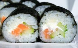 maki avec du fromage et le concombre saumonés de riz photos libres de droits