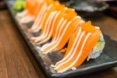 Maki de color salmón en restaurante japonés Foto de archivo