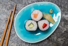 Maki de Hoso de sushi de plat avec des baguettes Photos libres de droits