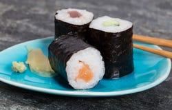 Maki de Hoso de sushi de plat avec des baguettes Image libre de droits