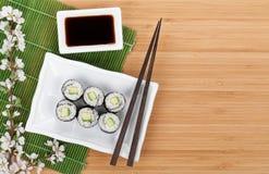 Maki de sushi réglé avec la branche fraîche de Sakura Photos stock
