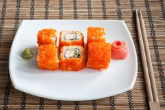 Maki del sushi con tobiko, el jengibre y el wasabi Imágenes de archivo libres de regalías