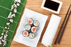 Maki del sushi fijado con la rama fresca de Sakura Imagenes de archivo