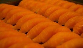 Maki di color salmone dei sushi dell'alimento giapponese fotografia stock libera da diritti