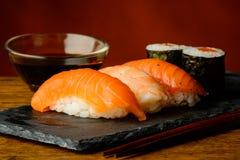 Maki e salsa dei sushi e di soia di nigiri Immagini Stock