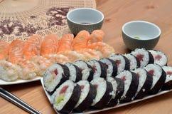 Maki en nigiri het voedsel van Japan van sushisushi op het lijstdetail Royalty-vrije Stock Foto