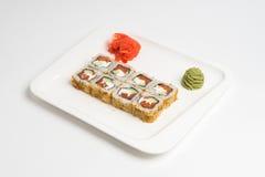 Maki giapponese del rotolo dell'alimento su fondo bianco Fotografie Stock Libere da Diritti