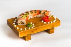 Maki giapponese del rotolo dell'alimento su fondo bianco Fotografia Stock