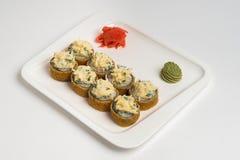 Maki giapponese del rotolo dell'alimento su fondo bianco Immagine Stock Libera da Diritti