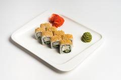Maki giapponese del rotolo dell'alimento su fondo bianco Fotografie Stock