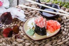 Maki Gunkan суш с семгами на плите на бамбуковой циновке, селективном фокусе Стоковая Фотография RF