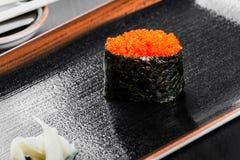 Maki Gunkan суш с salmon икрой на темной деревянной предпосылке Стоковое Изображение RF