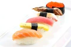 Maki japonais de sushi de nourriture à l'arrière-plan blanc   Images libres de droits