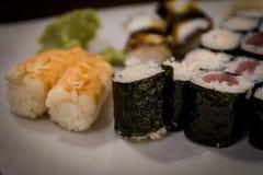 Maki misto e sushi al ristorante giapponese Fotografia Stock Libera da Diritti