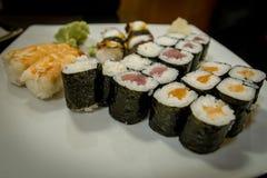 Maki misto e sushi al ristorante giapponese Fotografia Stock