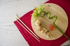 Maki mit Aal auf Platte Stockbild