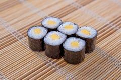 Maki (petit pain de sushi) sur un placemat en bambou Image stock