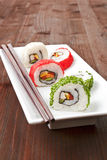 Maki. Rodillos de sushi lujosos en la placa blanca. Fotos de archivo