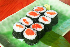 Maki rollt mit frischen Lachsen mit Wasabi Stockfotografie