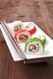 Maki. Roulis de sushi luxueux de la plaque blanche. Photos stock