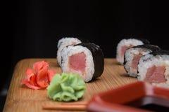 Maki rullar med tonfisk Sushimeny Japansk mat Arkivbilder