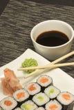 Maki rullar sushi på en plätera Royaltyfria Bilder