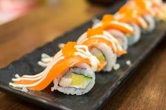 Maki saumoné dans le restaurant japonais Photo libre de droits