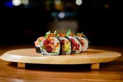 Maki-Sushi auf hölzerner Servierplatte Lizenzfreie Stockbilder