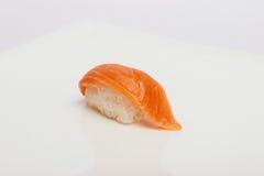 Maki Sushi auf weißem Hintergrund Stockfotografie
