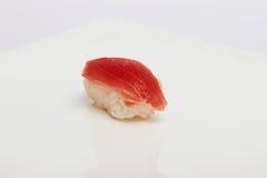 Maki Sushi på vit bakgrund Royaltyfri Bild