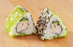 Maki Sushi Roll com camarões e o Tobiko verde Imagens de Stock Royalty Free