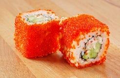 Maki Sushi Roll med krabbakött och Tobiko Arkivbilder