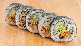 Maki Sushi Roll med lax- och isberggrönsallat Royaltyfria Foton
