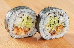 Maki Sushi Roll med lax- och isberggrönsallat Arkivfoto