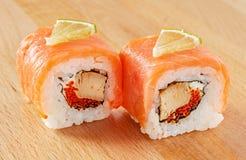Maki Sushi Roll med laxen och limefrukt Fotografering för Bildbyråer