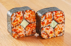 Maki Sushi Roll med Nori, gurka och röda Tobiko Fotografering för Bildbyråer