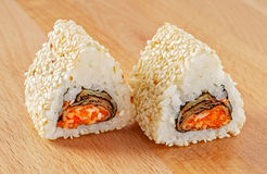 Maki Sushi Roll met Rode Tobiko en Sesam Stock Foto