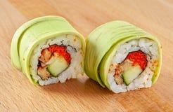 Maki Sushi Roll mit Aal und Avocado Lizenzfreie Stockfotos