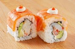 Maki Sushi Roll mit Lachs- und Frischkäse Stockfotografie