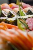 Maki Sushi rullar på ett uppläggningsfat Arkivfoto