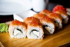 Maki Sushi - rulle med laxen Royaltyfria Bilder