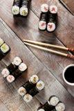 Maki Sushi Set con la salsa de soja Foto de archivo