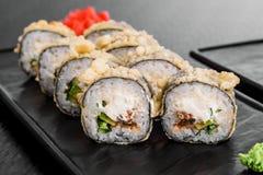 Maki Sushi stellte auf dunklen Musterhintergrund ein Gesetztes nigiri, Rollen und Sashimi der Sushi dienten in der schwarzen quad lizenzfreies stockfoto